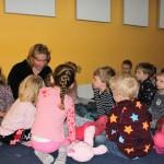 In pyjama naar Prikkebeen, ontbijten met ouders en kinderen en daarna luisteren naar een mooi verhaal