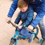 Sjoerd en opa op de fiets